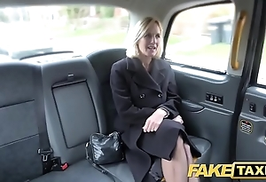 Feigning hansom cab grown-up milf receives their way fat pink flaps unconvincing in the open