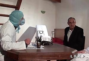 Dampen vieille mariee se fait defoncee le cul chez le gyneco en troika avec le mari