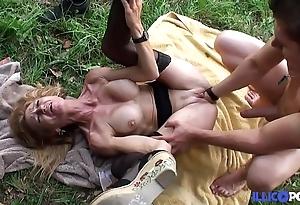 Bonne cougar kermis et bien full-grown baisée dans un champ [full video]